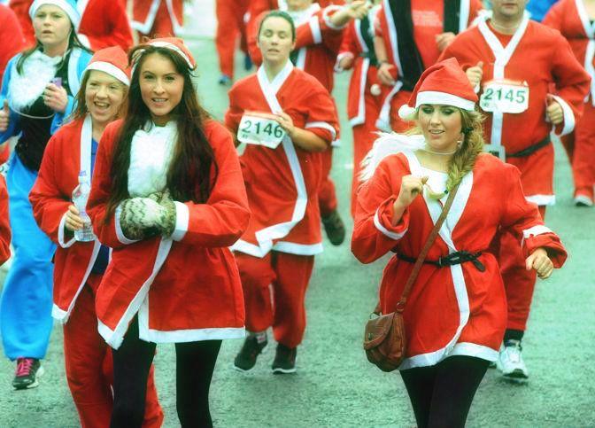 Scarpe da ginnastica ai piedi e berretto in testa, così 10mila persone hanno corso l'annuale stracittadina di Liverpool, chiamata Santa Dash http://tuttacronaca.wordpress.com/2013/12/02/la-grande-corsa-di-natale-e-i-10mila-babbi/