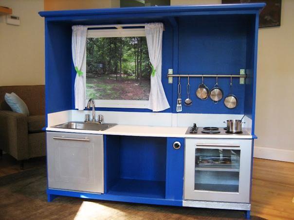 mueble viejo convertido en cocina para nios de hogar