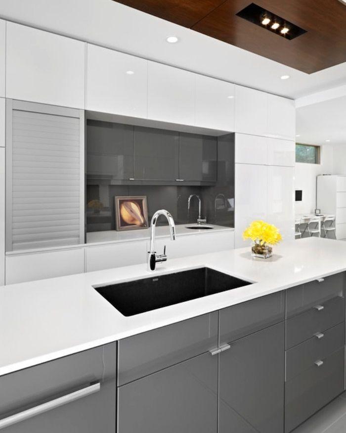 cuisine moderne blanche et gris laqué brillant avec plan de travail