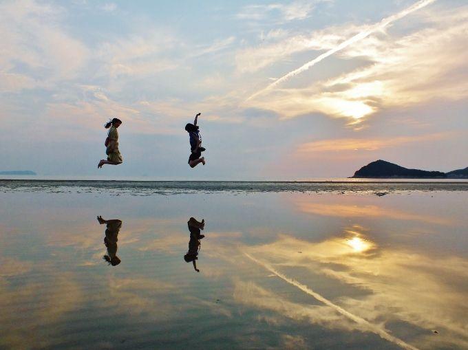 """天空の鏡""""日本のウユニ塩湖""""香川・父母ヶ浜と巨大寢釈迦 ..."""