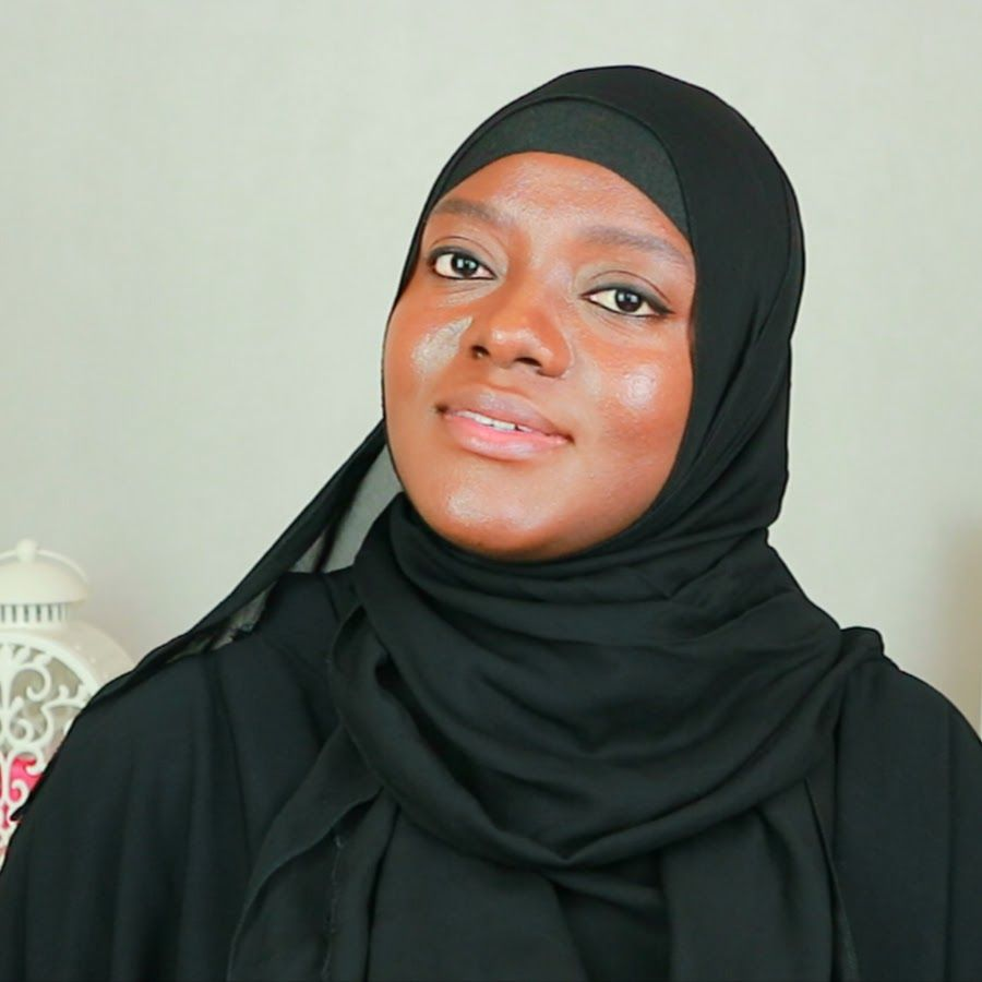 Nafisa Pearlz is a Nigerian Born Muslimah, She is a Teacher & Life Coach, immigrated to UK in 1999, she graduated in 2012 from Brunel University in London.
