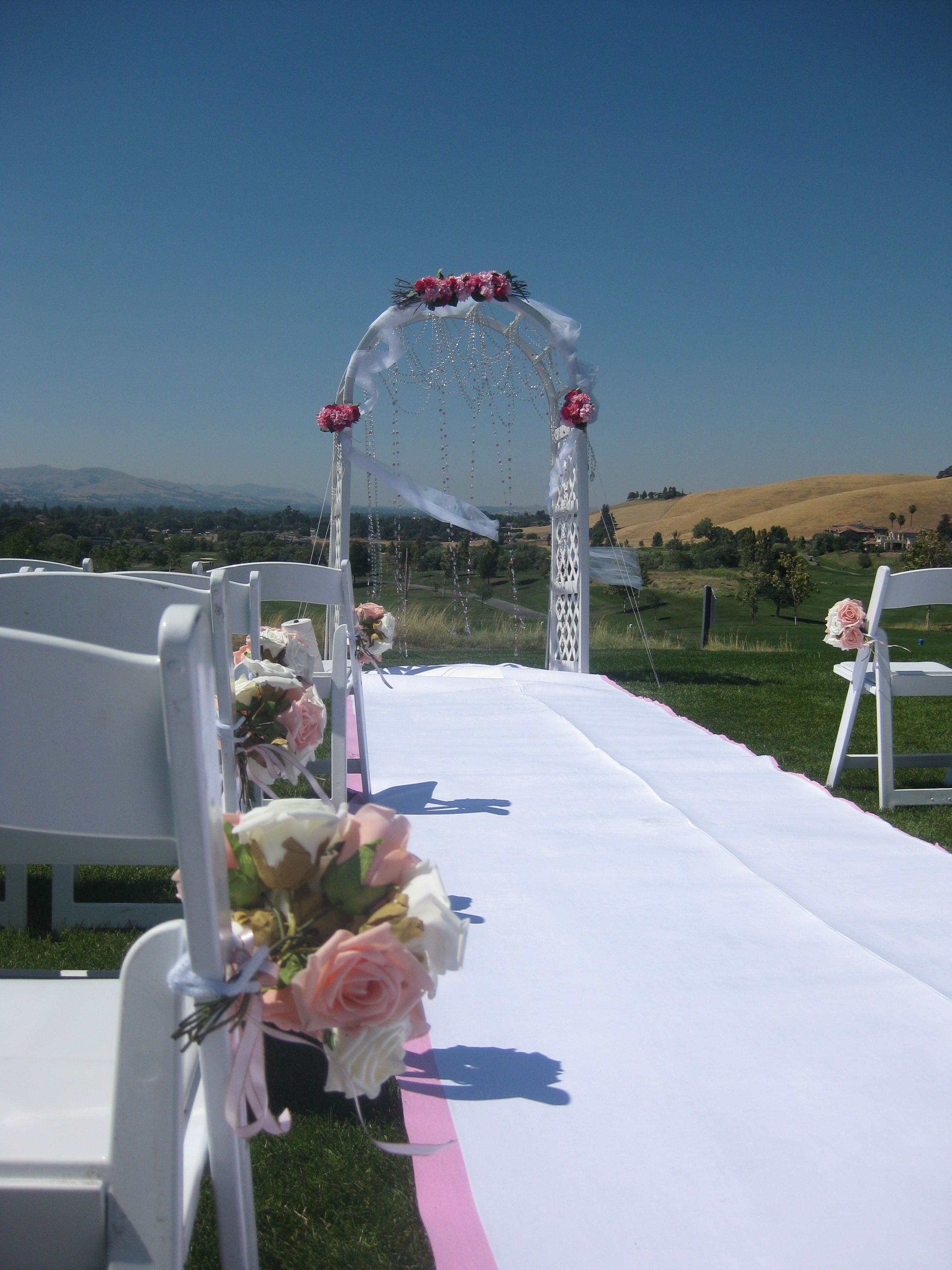 Add a little color to your traditional aisle runner.  #callippepreserve #weddings