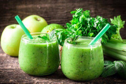 Apfelshake gegen Heißhunger ½ Tasse Petersilie (25 g) 1 Stiel Sellerie 1 Apfel mit Schale 5 Blätter Spinat ½ Gurke 1 Zitrone mit Schale 1 kleines Stück Ingwer