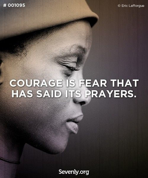 A coragem é o medo que disse as suas orações. Courage