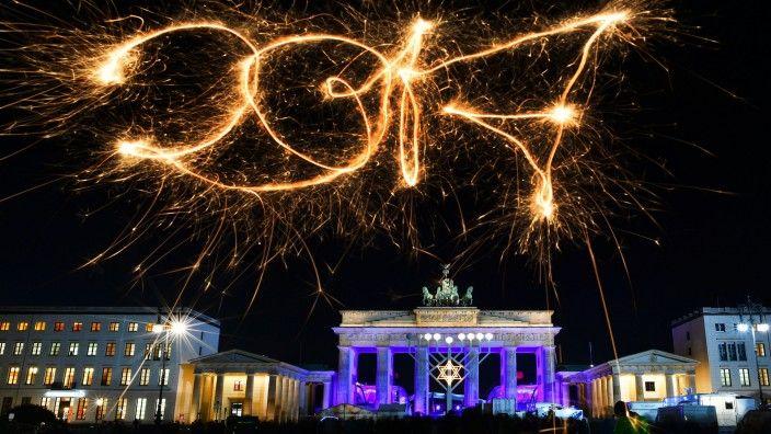 Vom Brandenburger Tor Bis Zur Siegessaule Hat Sich Berlins Partymeile Zum Jahresausklang Fur Den Ansturm Von Be Marburg Biedenkopf Leben In Deutschland Wetzlar