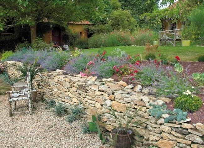 Jardin en pente conseils pour retenir la terre piscine - Jardin en pente amenagement ...