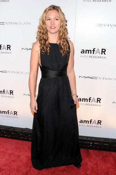 Julia Stiles Photos: amfAR New York Gala To Kick Off Fall 2010 Fashion Week - Arrivals