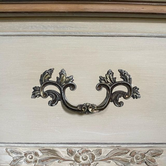@anniesloanhome chalk paint in Old White layered with Old Ochre on this painted drawer!  #anniesloan #oldwhite #oldochre #vintagestyle #flippedfurniture #paintedfurniture #paintedfurniturelove #furniturerestore #furnituredesign #furniturerescue #beforeandafter #makeover #design