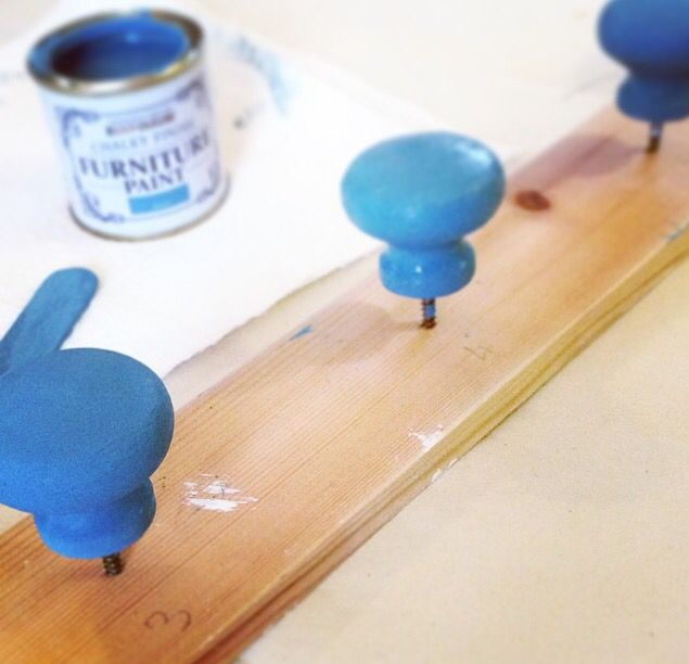 Upcycling pine knobs in Belgrave blue Rustoleum chalk paint