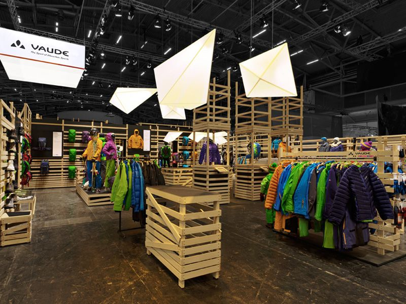 The ISPO presentation was designed by atelier 522 who took VAUDE's strict ecological specifications into consideration. VAUDE was insistent that its trade fair stands should not be made with disposable products. The solution: flexible wall constructions and transportable tables – which, depending on the situation, can be adapted to the stand area. #TradeFairBooth #ExhibitionDesign
