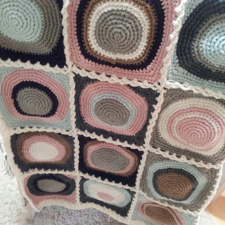 아직은 미완의 수강생언니 작품.  동글동글 모티브블랭킷..완전 사랑스럽다는요 #crochetblanket  #knitting  #크로쉐블랭킷  #코바늘블랭킷  #circle motif blanket #파스텔컬러 by fingertip_handicraft_crochet