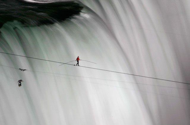 El funanbulista que cruzó las Cataratas del Niágara. Nick Wallenda, durante la proeza. | Reuters