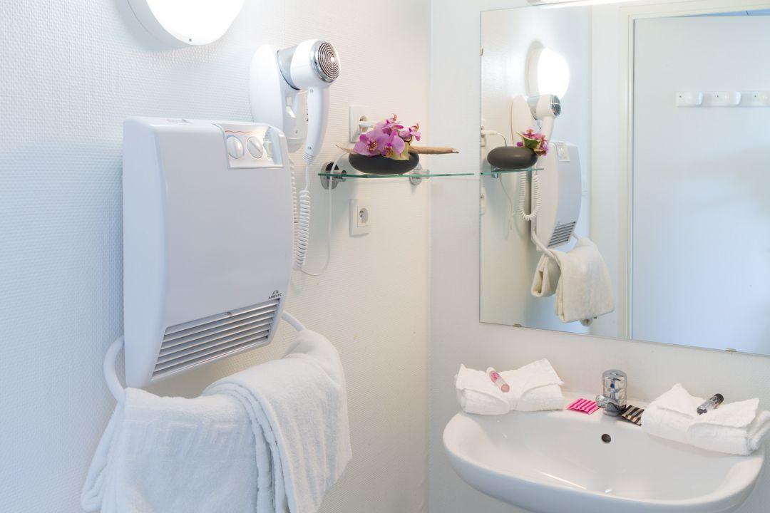 Salle de bain avec sèche-cheveux. Studio : douche T2 : baignoire ...