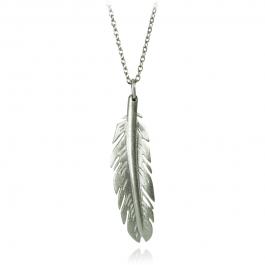 Fjer vedhæng i rhodineret sterling sølv. Fjeren måler 30 mm i længden og 8,5 mm det bredeste sted. Vedhæng er eksklusiv kæde.