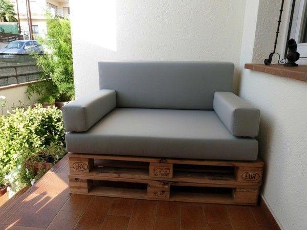 schickes sofa aus paletten selber bauen graue auflage braune bodenfliesen diy do it yourself. Black Bedroom Furniture Sets. Home Design Ideas
