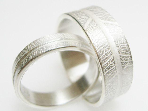 Trauringe hochzeit silber  schlichte Trauringe Blattmaserung und Silberbogen | Trauring ...