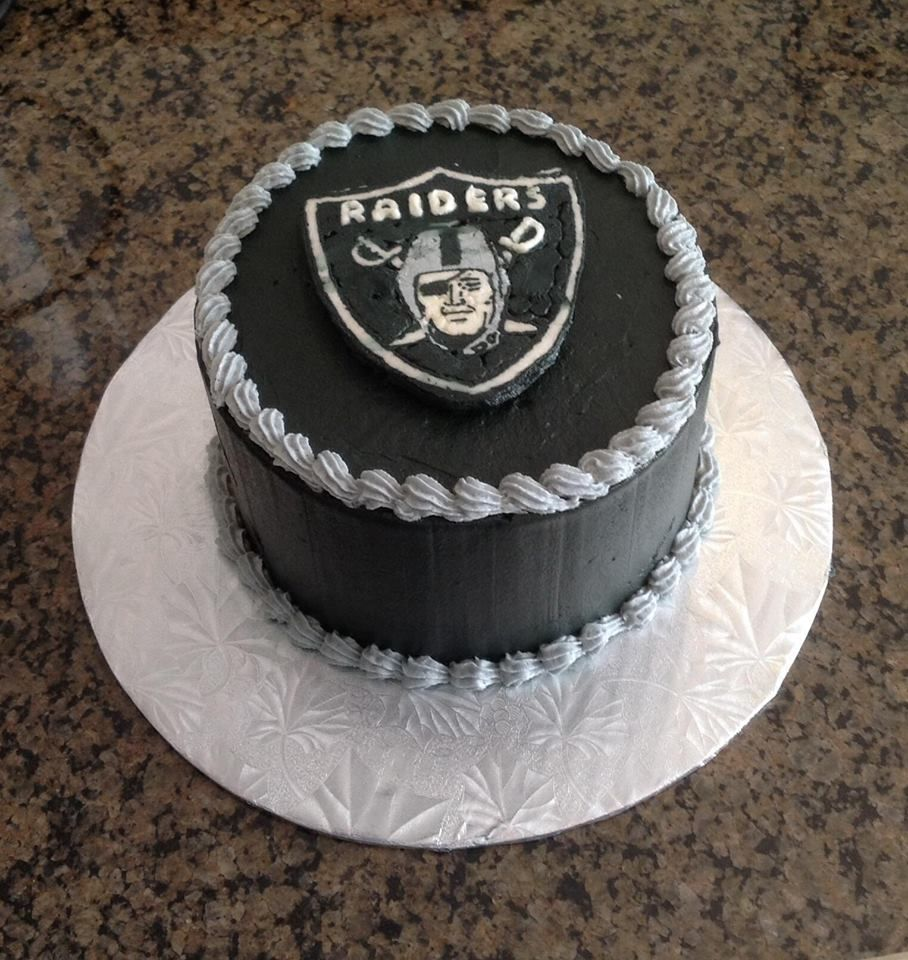 Oakland Raiders Cake I Made For A Friends Birthday The Whole Cake Was Done With Buttercream Frosting Including The Emblem Raiders Cake Crazy Cakes Cake