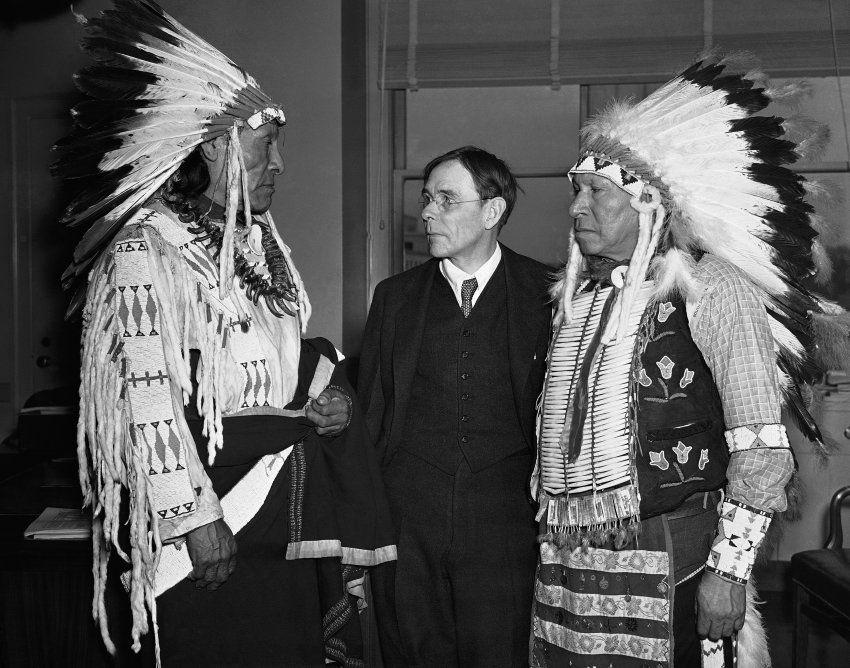 """Zwei Überlebende des Massakers am Wounded Knee, Dewey Beard (l.) und James Pipe-on-Head, forderten 1938 in Washington Entschädigung. Vergeblich. Jahrzehnte später dokumentierte der Bibliothekar Dee Brown die unfassbaren Grausamkeiten zwischen 1860 und 1890, in den Jahrzehnten der Beinahe-Ausrottung der amerikanischen Ureinwohner. """"Begrabt mein Herz an der Biegung des Flusses"""" hieß sein Buch, das ab 1971 zum Beststeller wurde."""