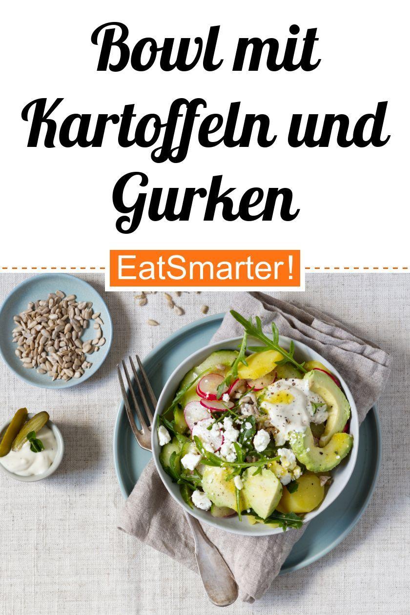 Bowl mit Kartoffeln, Gurken, Avocado und Feta