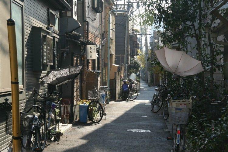 VECCHI QUARTIERI. Una delle cose più caratteristiche e affascinanti di molte città del Giappone sono quei quartieri che sembrano essere congelati nel tempo.