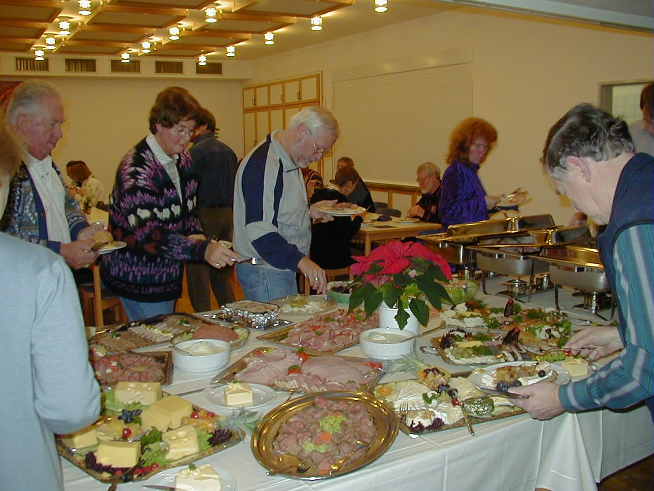 How to plan a dinner for a large crowd | Cooking for a crowd, Food for a crowd, Christmas dinner ...