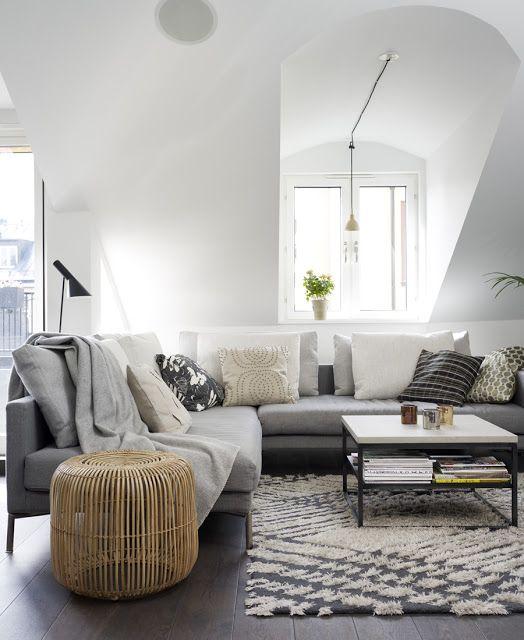 Un grand canapé dangle pour le salon des matériaux naturels table dappoint en bambou tapis en laine une lampe design et une très belle luminosité