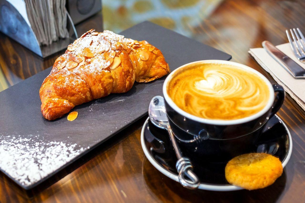 Обои Напитки Кофе Выпечка круассан Чашка Ложка Еда - Фото : 395951   Идеи  для блюд, Еда, Круассан