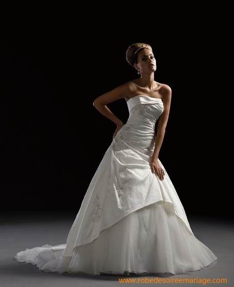 Robe de mariée pas chère en satin et en orangdi avec une traîne