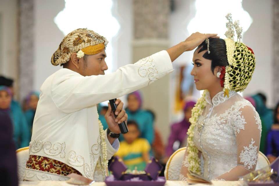 Pembacaan doa oleh suami untuk istri. #javanese #javanesewedding #traditional #traditionalwedding #indonesia #indonesiawedding #kebaya #wedding #javanesetradition