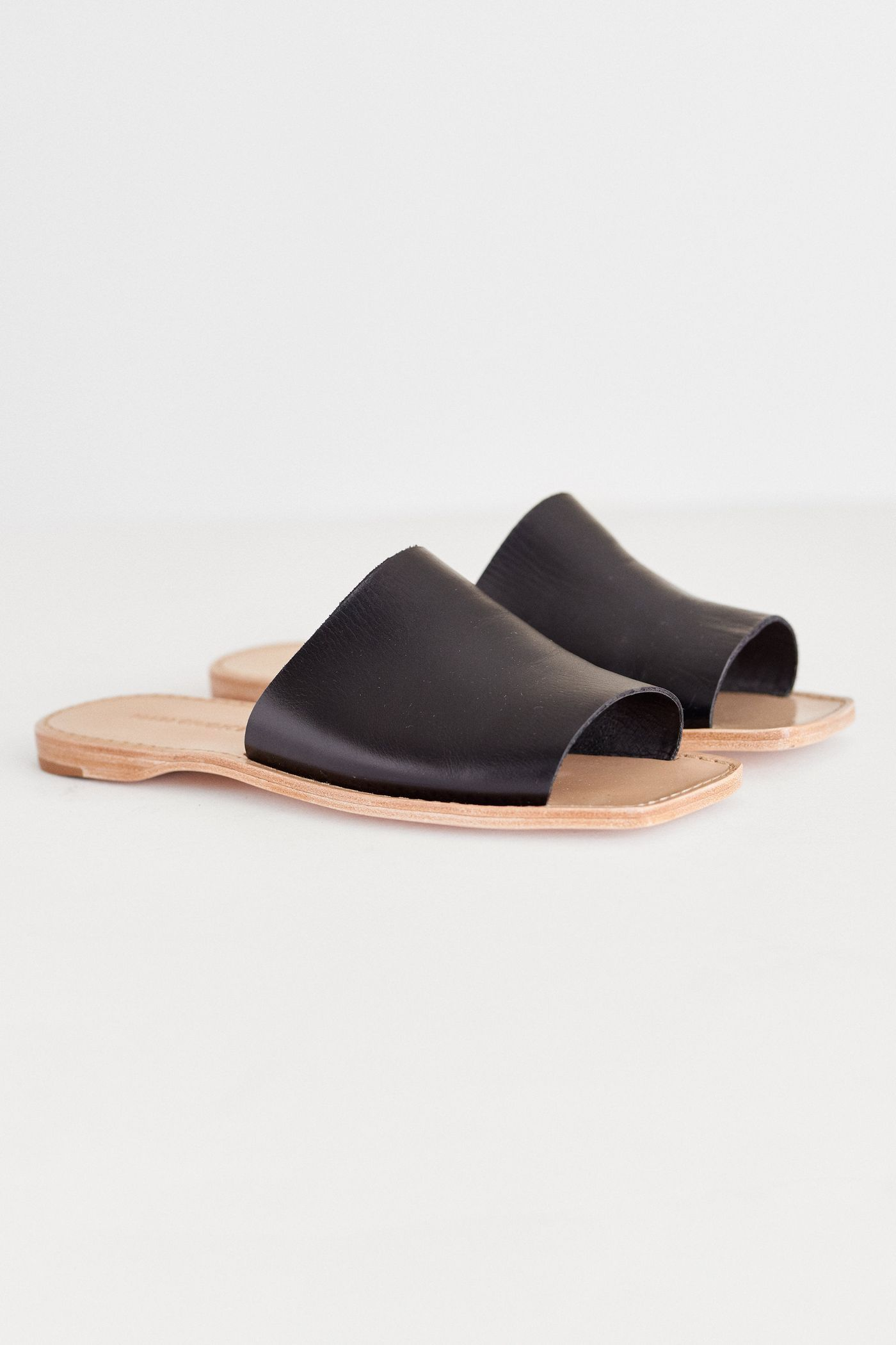 A simple slide to slip on during warmer days. The Mari