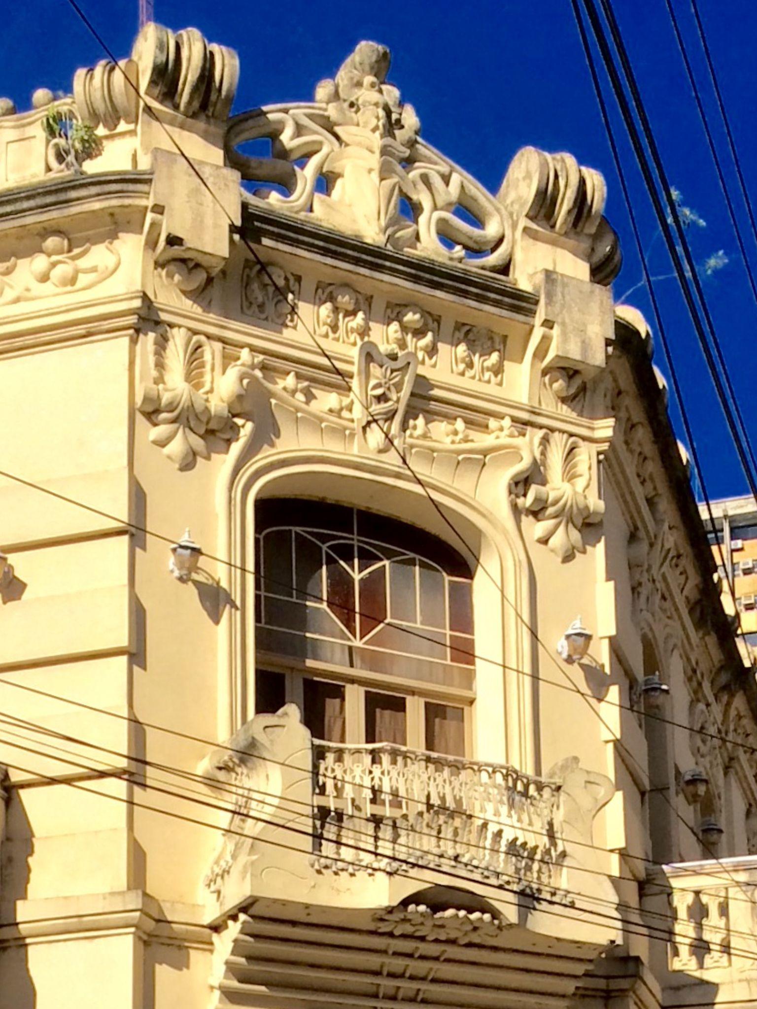 Detalle del balcón de un edificio antiguo .