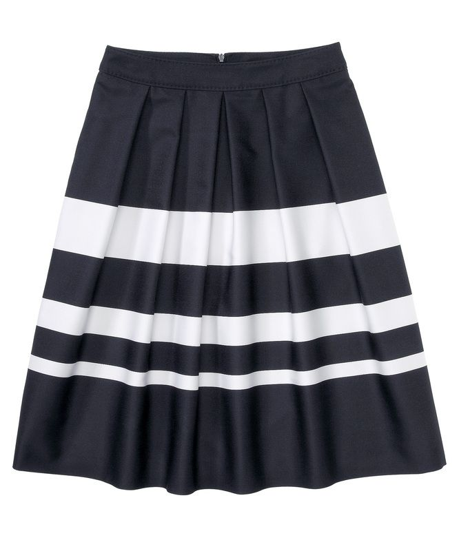 Queen Letizia opted for a familiar outfit, consisting of the Hugo Boss 'Marela' striped skirt and Hugo Boss 'Bashina' white shirt.