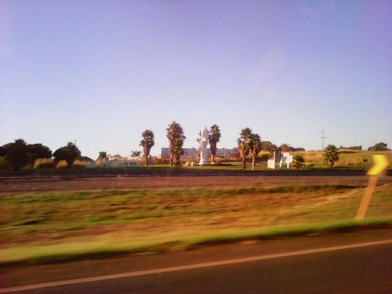 Estive hoje de saída a Goiás e me deparei com esta cidade chamada de Goianápolis, que pertencia a dupla sertaneja Leandro e Leonardo.