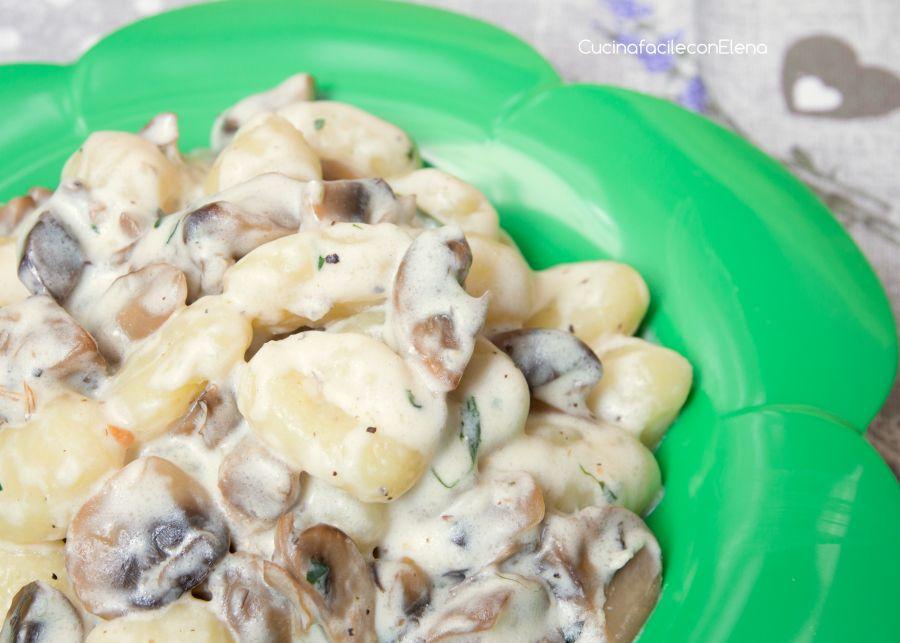 Gli gnocchi ai funghi sono un primo piatto delizioso e molto semplice da preparare. Gli gnocchi ai funghi sono pronti in pochi minuti e sono super cremosi!!