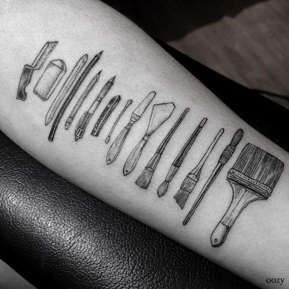 tatoueur sud cor en oozy tatoue ses clients outils de m tier dans sa signature soign e. Black Bedroom Furniture Sets. Home Design Ideas