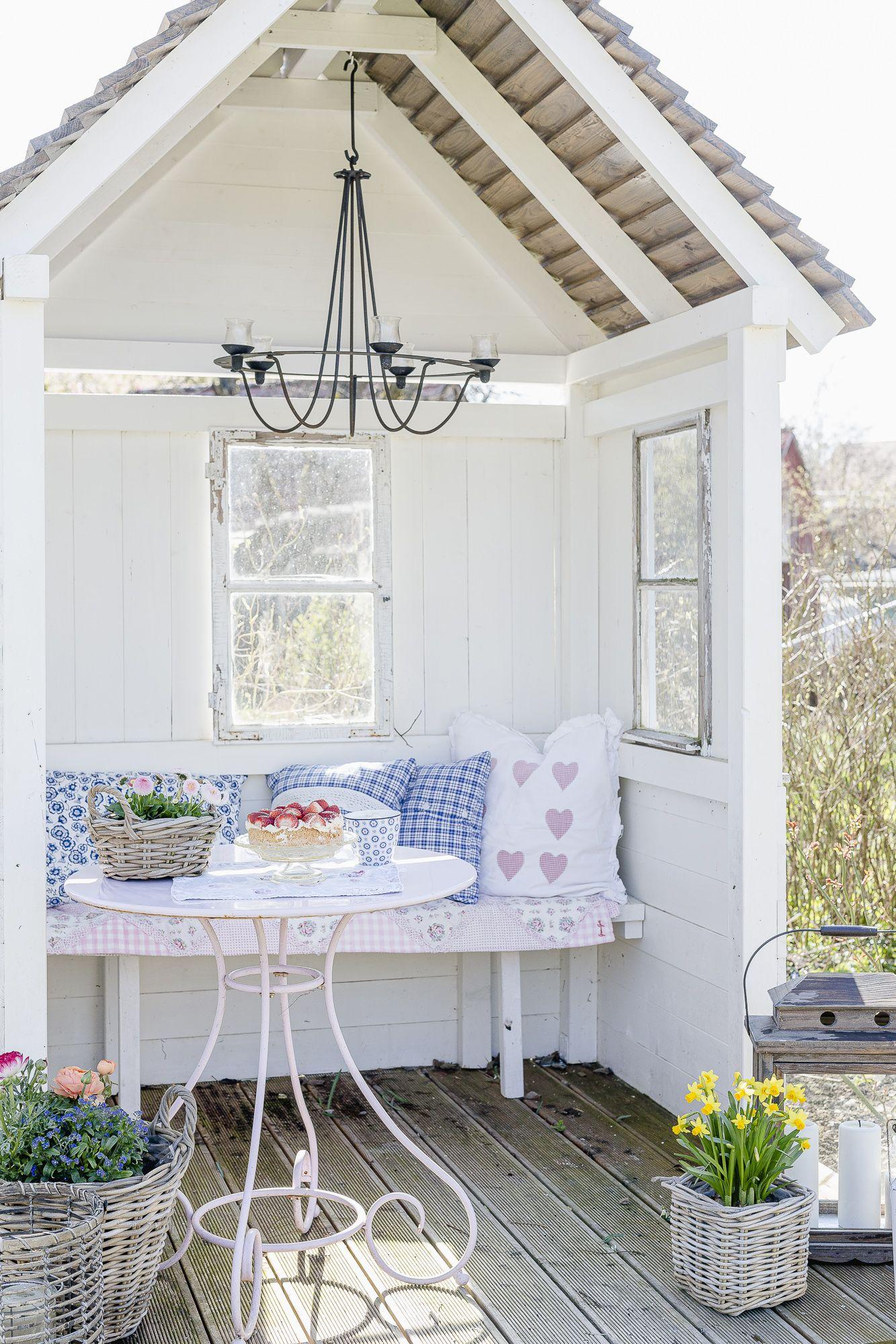 Lenzrosen Und Fruhling In Der Gartenlaube Pomponetti Gartenlaube Uberdachung Garten Garten