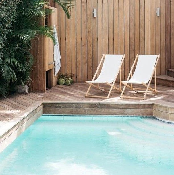 Petit coin de détente idéal au bord de la piscine.... ☀️ . © Atmosphere d'ailleurs - Photo : Kate Holstein . #piscine #piscineprivée #piscines #piscineo #maison #terrasse #decor #picoftheday #pool #pools #swimmingpool #garden #summer #design #luxurydesign #luxurypool #summervibes #instagood #tuesdayvibes #landscapedesign #terrasse #guidepiscinefr⠀