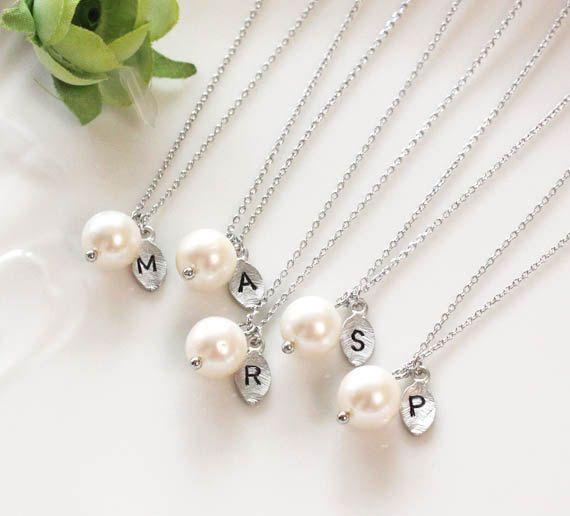 Brautjungfer Geschenke - Set von 3, 4, 5 - Blatt anfängliche, Perle Anhänger Halskette, personalisierte Halskette, Süßwasserperlen, Brautjungfern Geschenk