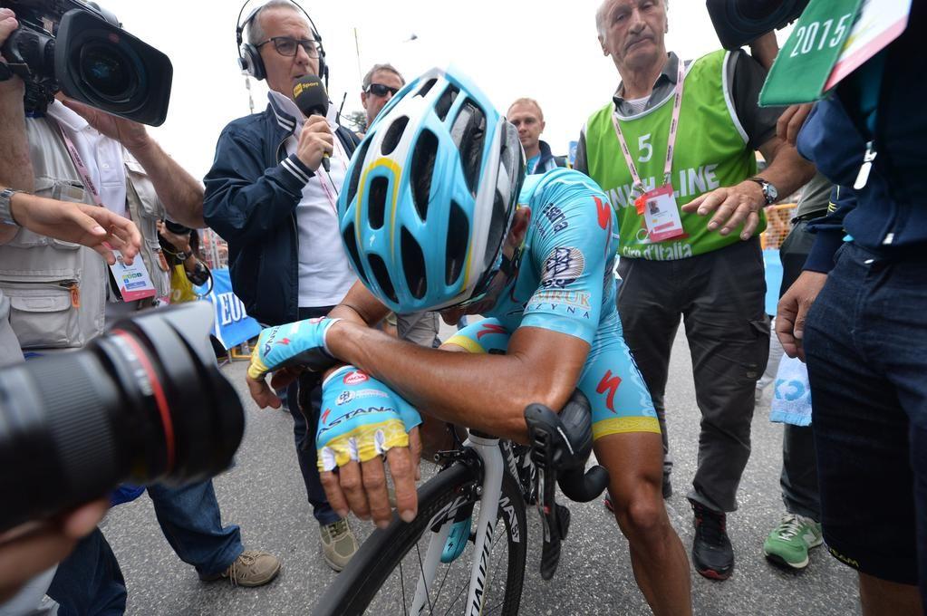 Giro d'Italia @giroditalia .@FabioAru1 touched after the finish. Fabio Aru commosso dopo l'arrivo. #giro pic.twitter.com/H2iXS3pKNh
