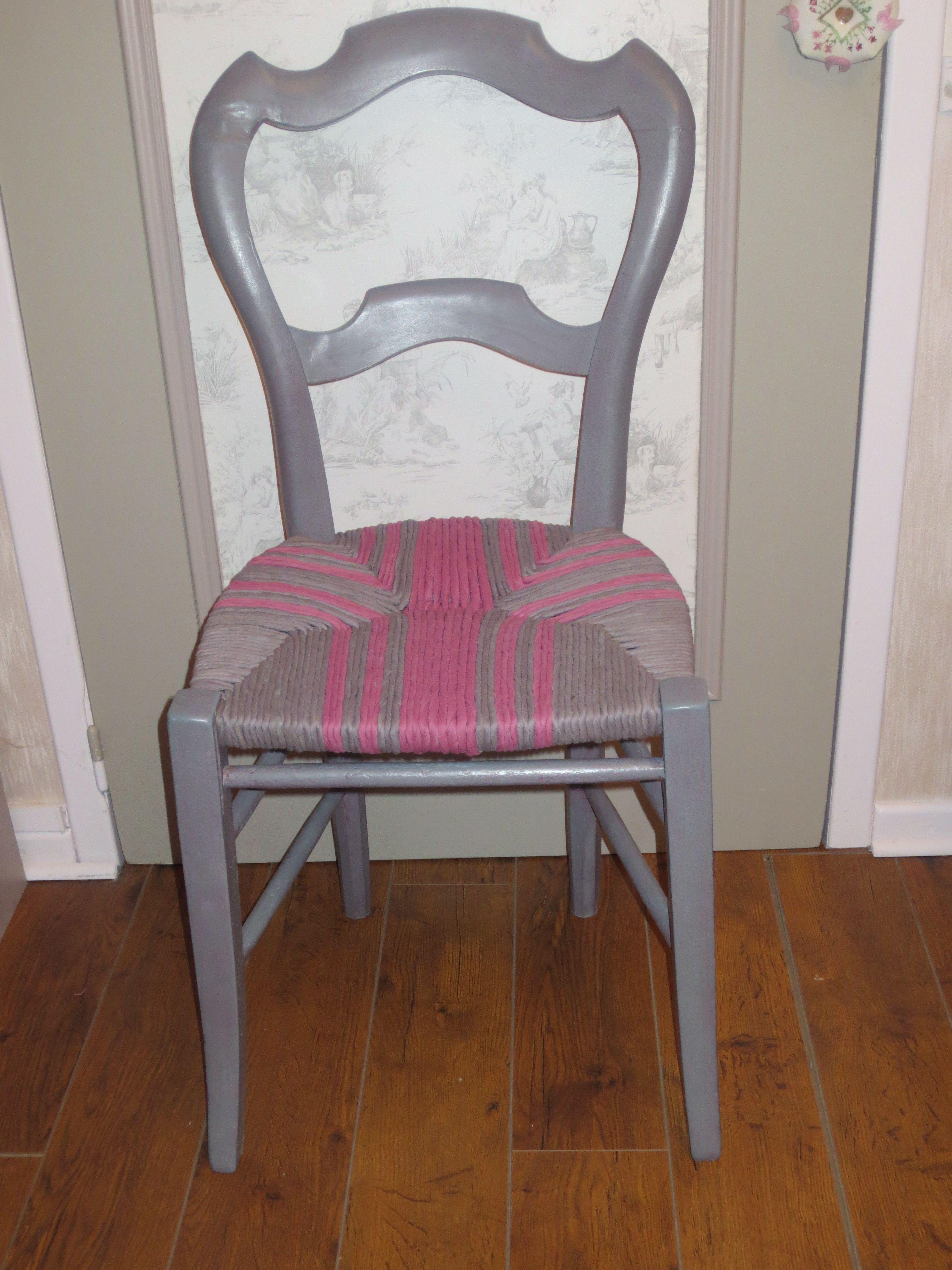 chaise dont l 39 assise est constitu e d 39 un cordage fait partir de chutes de tissu mes. Black Bedroom Furniture Sets. Home Design Ideas