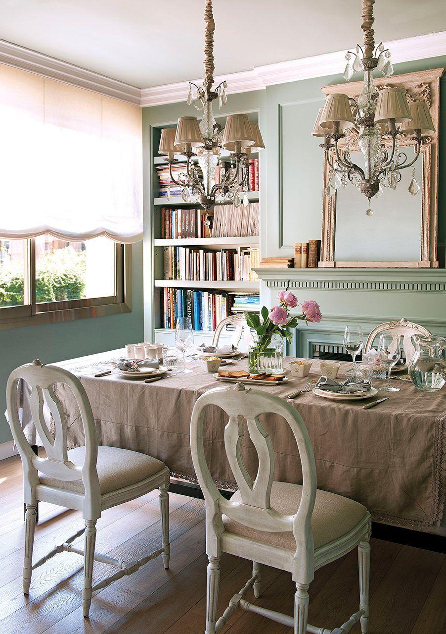 Detalle de jarrón con flores sobre la cómoda | Familias numerosas ...
