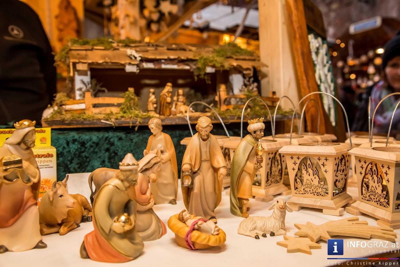 """Advent in Graz  Am 3. Adventwochenende haben wir den #Mehlplatz besucht. Live-Musik stimmt auf den #Weihnachtsmarkt ein.  Dann geht es weiter zum """"#Aufsteirern-Weihnachtsmarkt"""" am Schloßberg in der #Schloßbergbühne #Kasematten. Über den Dächern von Graz bieten sich besinnliche Momente und man entflieht dem Trubel der Stadt. Das #Christkind ist dort auf Besuch und nimmt die Weihnachtspost der Kleinen entgegen. #AufsteirernWeihnachtsmarkt #SchloßbergbühneKasematten #WeihnachtsmarktMehlplatz"""