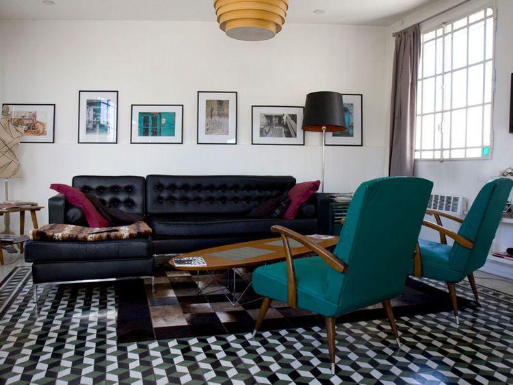 Salon rétro avec un canapé en cuir des fauteuils bleus et un