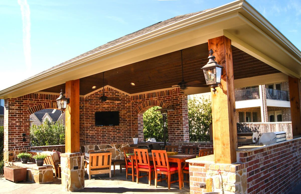 Freestanding cover and outdoor kitchen in the woodlands