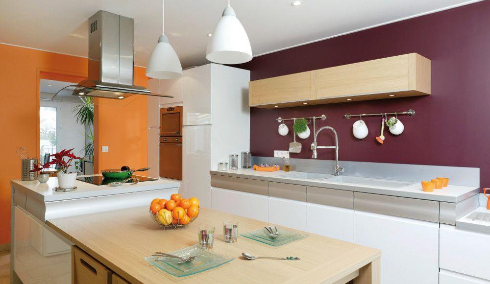 Cuisine qui mélange le style bistrot, rétro et industriel Déco - plan de cuisine moderne avec ilot central