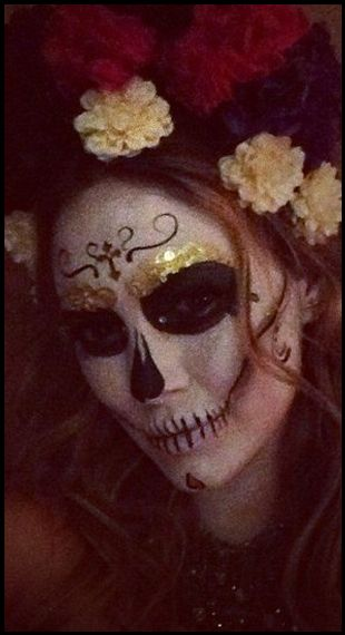 It may be too early for the Mexican holiday, Day of the Dead, but Hilary Duff definitely pulled off this face painting makeup with ease! Embellished with flowers in her hair, Hilary looked like she incorporated the late Frida Kahlo into her sugar skull makeup!