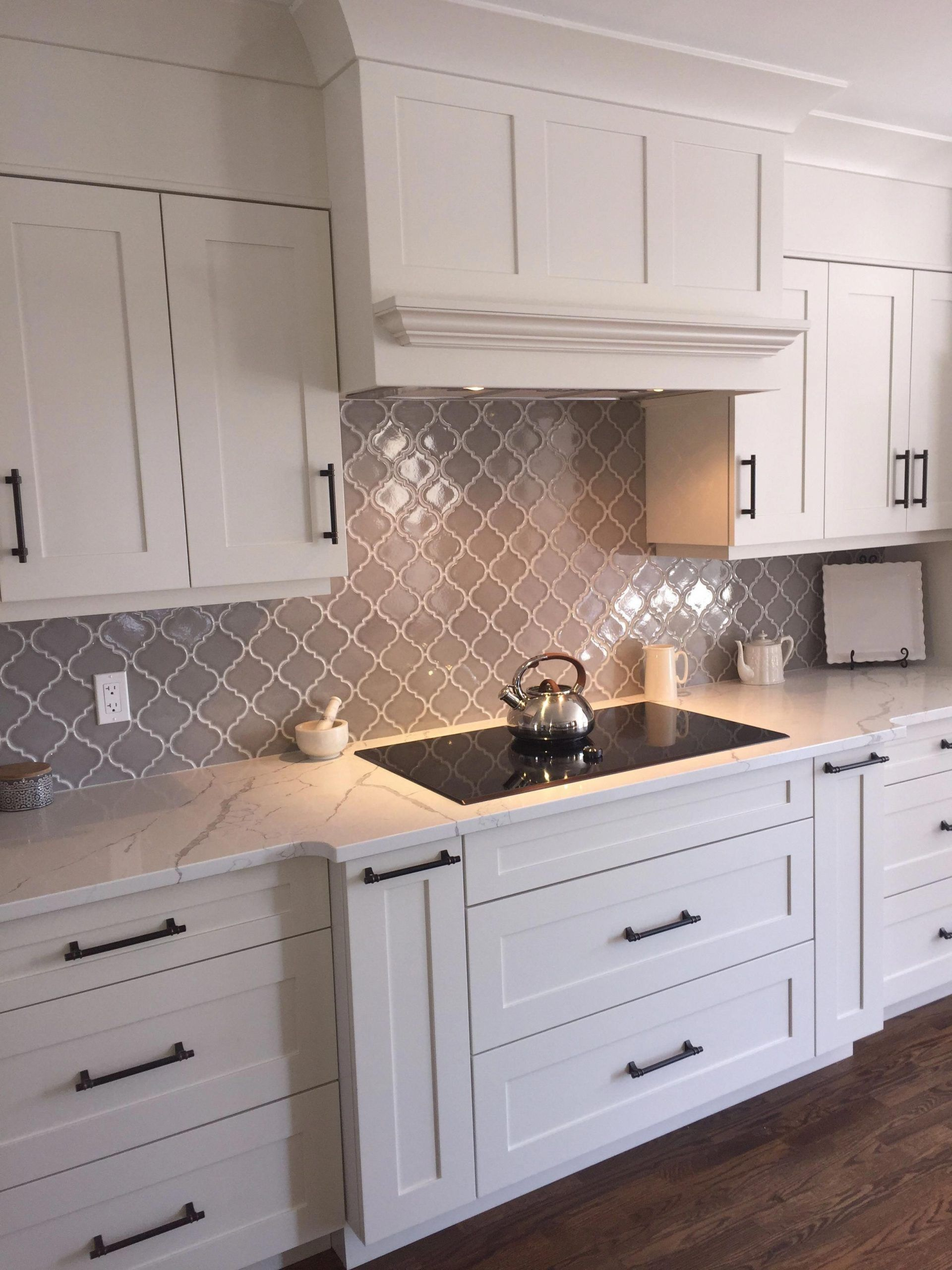 10 Inspiration Kitchen Backsplash Tile Kitchenbacksplashtile Kitchen Tiles Back Backspla In 2020 Kitchen Cabinet Design White Kitchen Design Kitchen Cabinets Decor