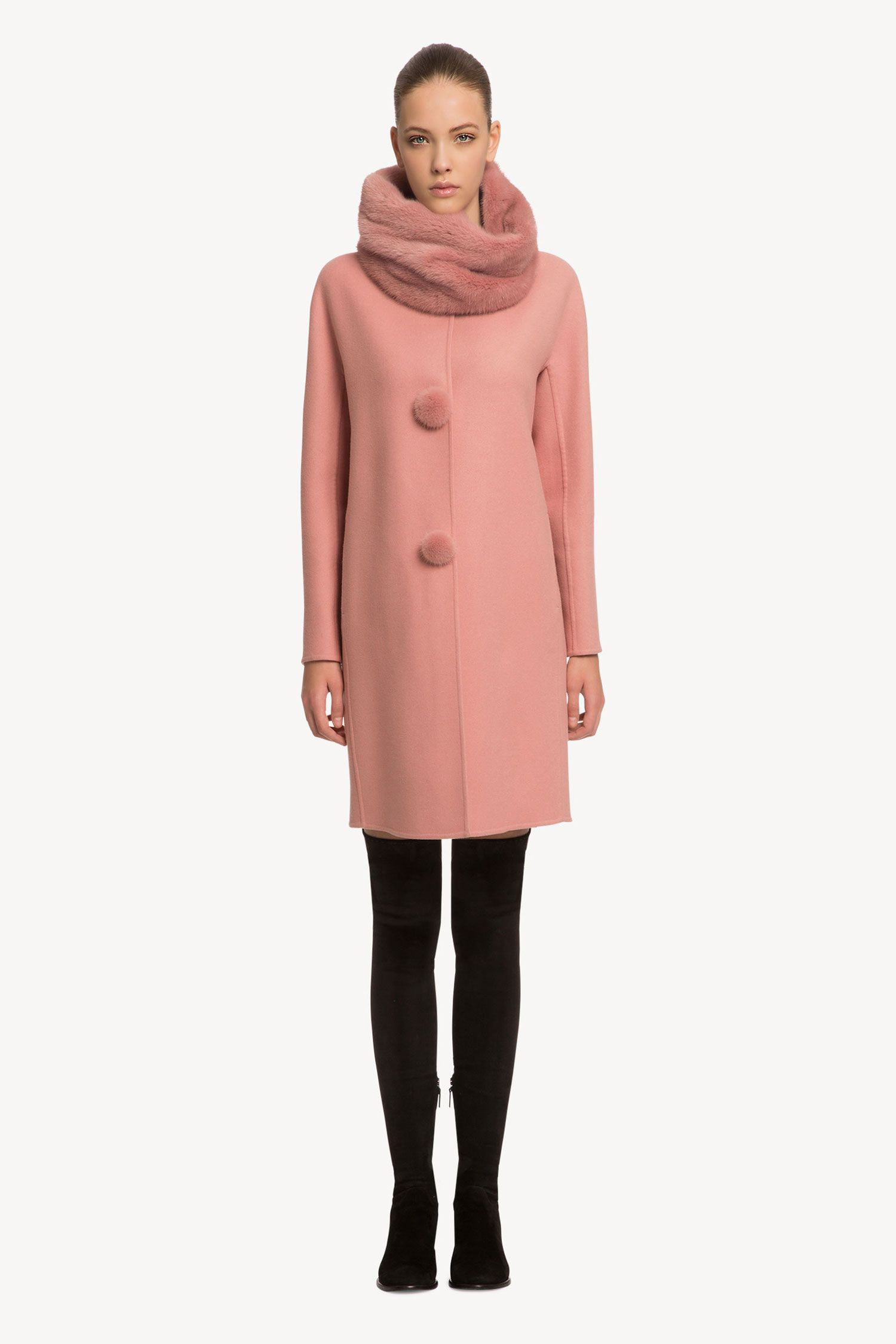 Cappotto in panno di lana con bottoni pon pon in visone sur-ton ad impreziosire il design essenziale del modello.   La modella è alta 177 cm e indossa una taglia 40.