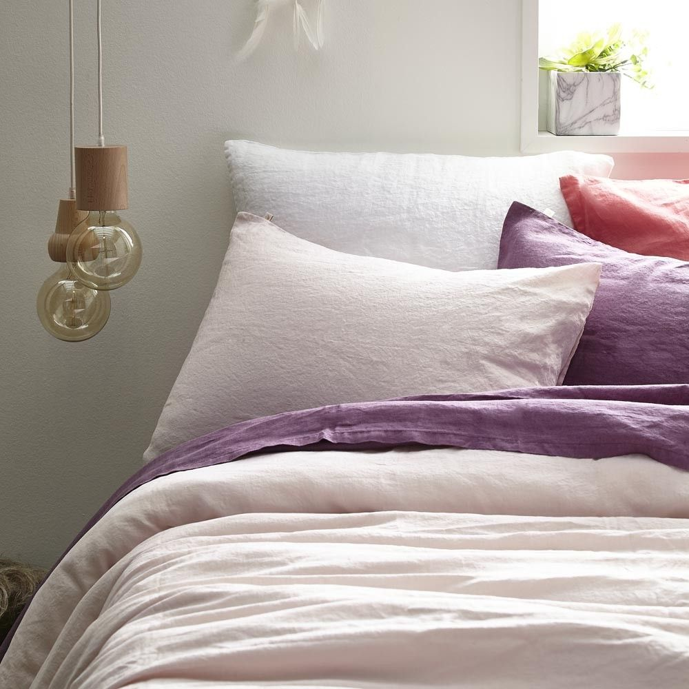 De qualité optimale, cette taie d'oreiller en lin de couleur rose lunaire ravivera votre parure de lit.