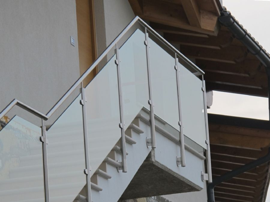 Inspiration parapetto in vetro e metallo per scale